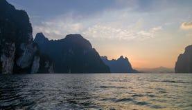 在岩石海峡的日落 免版税库存图片