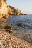 在岩石海海滩的日落 库存照片