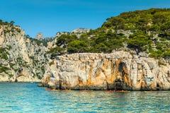 在岩石海湾, Calanques国家公园,法国的五颜六色的皮船 库存照片