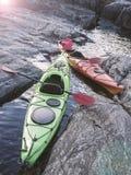 在岩石海滨停泊的皮船立场 库存图片