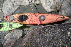 在岩石海滨停泊的皮船立场 顶视图 库存照片