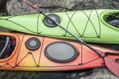 在岩石海滨停泊的皮船立场 顶视图 库存图片