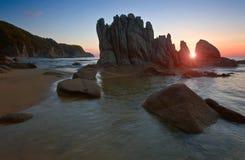 在岩石海滨的日出 库存图片