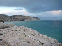 在岩石海滨的美好的浪漫日落 图库摄影