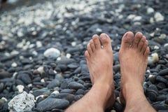在岩石海滨的脚 库存照片