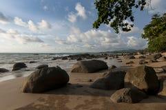 在岩石海滩的阳光有蓝天背景 库存照片
