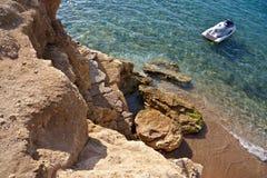 在岩石海滨附近的船只 免版税库存图片
