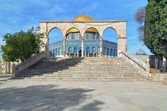 在岩石清真寺的圆顶的前面拱廊在耶路撒冷 库存图片