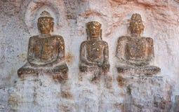 在岩石的三老菩萨图象 免版税库存图片