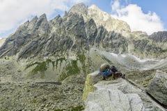在岩石的上升的设备与一个峰顶在背景中 图库摄影