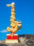 在岩石的中国龙杆 免版税库存图片