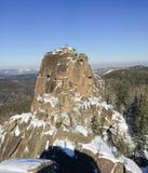 在岩石的人攀登 免版税库存图片