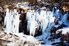 在岩石的冰柱 库存照片