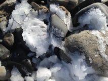 在岩石的冰 库存图片