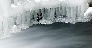 在岩石的冻冰瀑布 免版税图库摄影