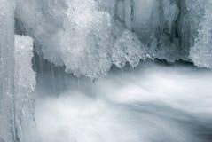 在岩石的冻冰瀑布 免版税库存照片
