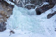 在岩石的冻瀑布 免版税库存图片