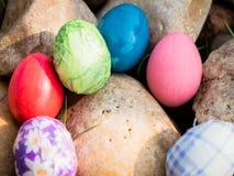 在岩石的复活节彩蛋 免版税库存图片