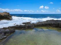 在岩石的大波浪沿岸航行蓝色海和天空在克利特 库存照片