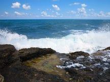 在岩石的大波浪沿岸航行蓝色海和天空在克利特 免版税库存照片