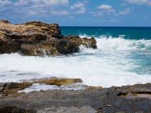 在岩石的大波浪沿岸航行蓝色海和天空在克利特 库存图片