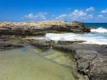 在岩石的大波浪沿岸航行蓝色海和天空在克利特 免版税库存图片