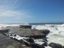 在岩石的大浪 免版税图库摄影