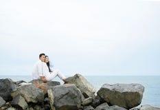 在岩石的夫妇 免版税库存图片