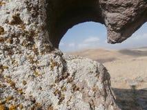 在岩石的孔 库存图片