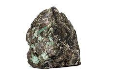 在岩石的宏观鲜绿色石头矿物在白色背景 图库摄影