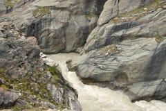 在岩石的小河 库存照片