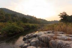 在岩石的小河 免版税库存照片