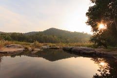 在岩石的小河 免版税库存图片