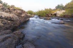 在岩石的小河 免版税图库摄影