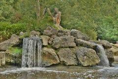 在岩石的小瀑布 免版税库存图片