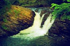 在岩石的小的瀑布 免版税库存图片