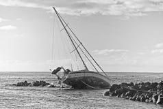 在岩石的小船 库存图片