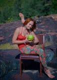 做在椅子的年轻灵活的妇女瑜伽 免版税库存照片