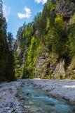 在岩石的山小河 库存照片
