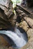 在岩石的巨大的瀑布小河 Trummelbachfalls瀑布在卢达本纳,瑞士 图库摄影