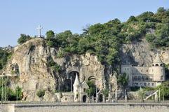 在岩石的教会和城堡修造 库存照片