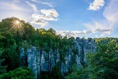 在岩石的日落在德国 撒克逊人的瑞士国家公园,萨克森 免版税库存图片