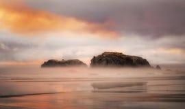在岩石的日落, Bandon海滩俄勒冈 免版税图库摄影