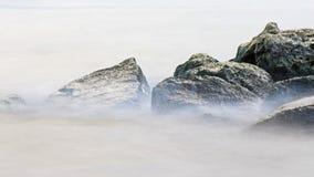 在岩石的水:码头4公园的哈密尔顿港口 免版税库存图片