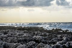 在岩石的沿海风暴 免版税图库摄影
