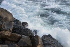 在岩石的波浪崩溃 免版税库存图片