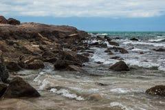 在岩石的波浪 免版税库存图片