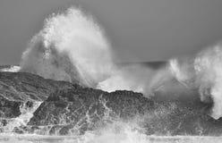 在岩石的波浪 免版税图库摄影