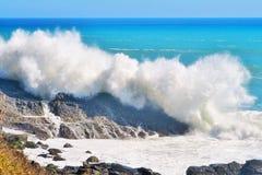 在岩石的波浪 免版税库存照片