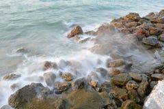 在岩石的波浪 库存图片
